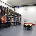 Brückenkram im 3G-Prüfzentrum mit Sitzmöglichkeiten
