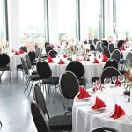 Gedeckter Speisesaal im 3G-Kompetenzzentrum mit Servicekräften