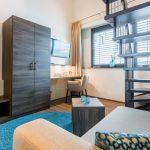 Modern eingerichtetes Zimmer auf zwei Etagen